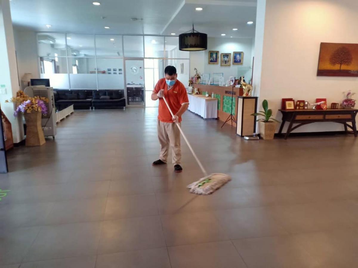 สำนักบริการวิชาการ ทำความสะอาดสถานที่ภายในอาคารด้วยแอลอฮอร์ฆ่าเชื้อ